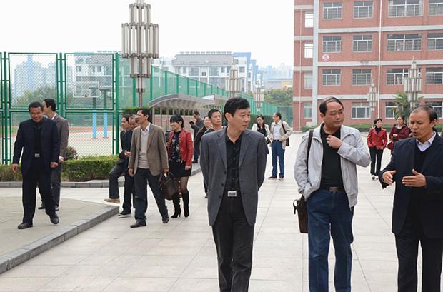 上午,庐江中学实验初中校长刘世松,副校长刘胜保,吴海洋,艾学宏等率领